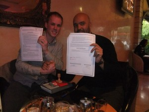 Unterschreiben des gemeinsamen Cooperation Papers